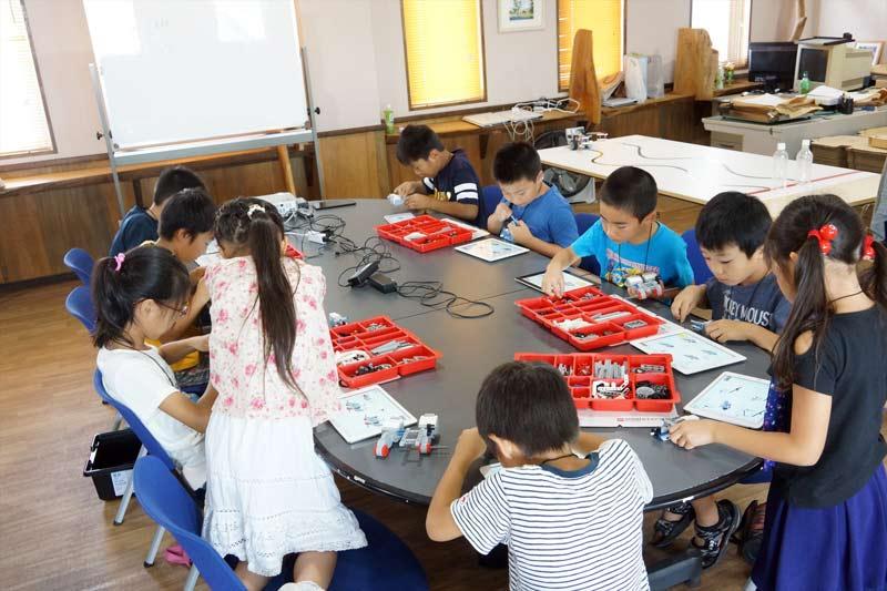 教育版レゴマインドストームを組み立てる様子