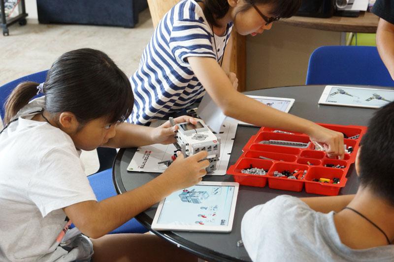 教育版レゴマインドストームEV3を組み立てる様子
