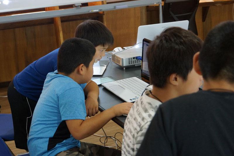 小学生がプログラミングを行っている様子